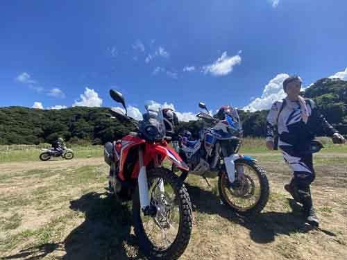またまた林道俳優大鶴義丹氏と山の中へ。250ccの小さな排気量ですが、RALLY仕様は大きなカウルが装着されており、アフリカツインと並べても見劣りしない立派なバイクです。左右非対称のライトも格好がいい。
