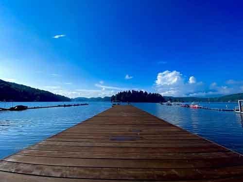 別荘の目の前に桟橋があり、そこにはウェイクボード用のボートが係留されています。何と贅沢なことでしょう。