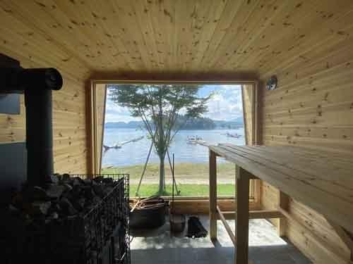 湖畔に建てた自家用サウナ。熱源はガスでも電気でも重油でもなく薪をくべる本格式。冬になれば大きなガラス越しに雪景色を眺められる。ああ、何と贅沢なことでしょう。