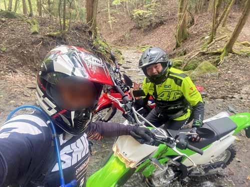 連休初日はバイク歴30年を超える、ベテランライダーの嶋本くんと一緒に林道へ。彼は普段は勇ましいドゥカティに乗っていますが、私に感化されたのかどうか、このたびめでたくオフロードバイクを増車されたのです。今日はいわば彼のオフロード筆下ろし走行であります。