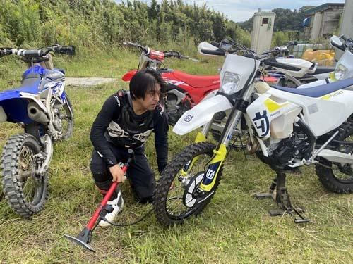 ご指導いただくのはAntonio和歌氏。走行前にはマシンのチェックを。チェーンのたるみが少し大きかったので(3.5cmが適正値とのこと)、ササッと調整していただきました。「バイクに乗るなら簡単な整備くらいは自分でできなきゃダメですよ」と。勉強します。
