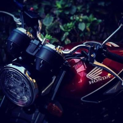 ああ美しい。まるで宝石のようなバイクであります。高速の料金所で係の方が「きれいなバイクですねぇ……」と唸ったものでした。速く、力強く、何よりも乗りやすい。これ以上の排気量など必要ないのではありますまいか。