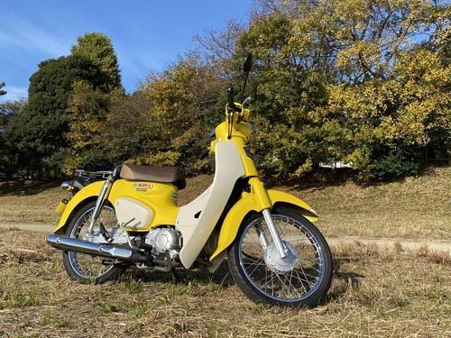 Super Cub 110。地味な配達用バイクのイメージが強いですが、色を変えればこんなにポップなイメージになる。