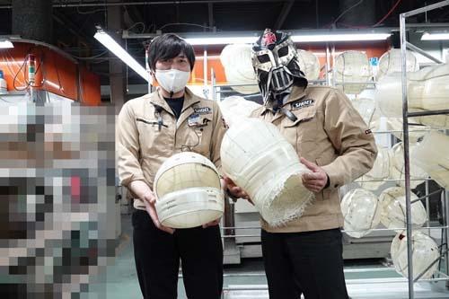 SHOEI茨城工場生産管理部長・村上洋一さん(左)。これは工場に潜入した際の写真。詳しくは後ほど。