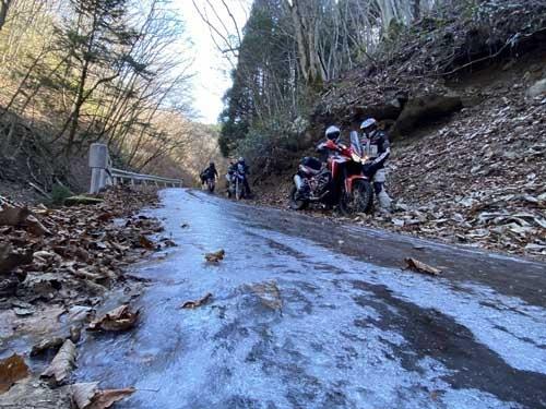 今回走った林道も一気に気温が下がり、日陰の部分はものの見事に凍結していました。不用意に突っ込んだら簡単に転倒してしまいます。道路脇の砂利の上を、ソロリソロリと押して無事に脱出してきました。こういうときはチームワークが肝心です。