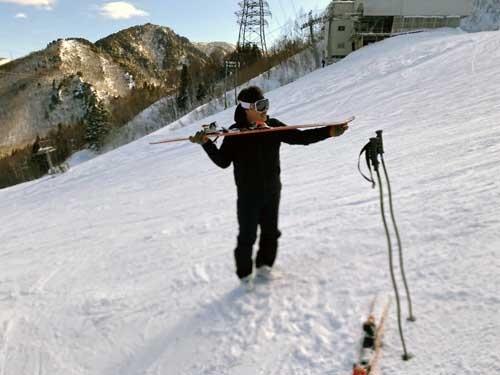 レッスンはカーヴィングスキーの構造の理解から始まります。どのようなメカニズムでスキーが曲がるのか。カーヴィングターンとは何か。いや、勉強になりました。