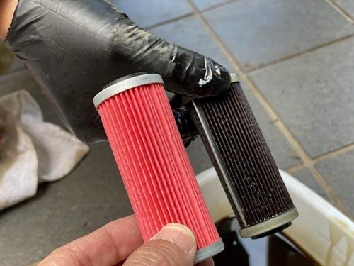 フィルターもこんなに汚れています。左の赤いほうが新品です。