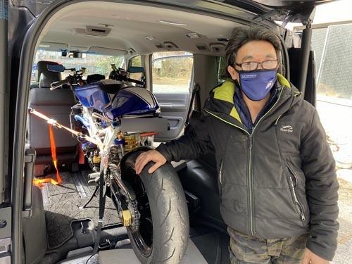 鈴木オートの鈴木正彦さんとフェル2号。しかしステップワゴンってすごいなぁ。こんな大型バイクが楽勝で積めてしまうのですからね。