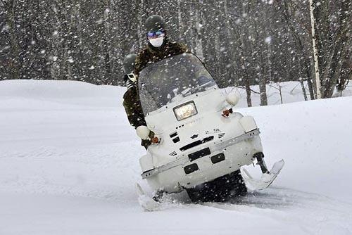 軽雪上車。ヤマハの市販モデル、VK540IIIがベースとされる。後部座席で必死にしがみつく不肖フェル。