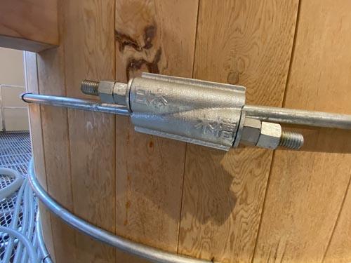 """麦汁をこちらの<a href=""""http://www.nihon-mokuso.co.jp/"""" target=""""_blank"""">日本木槽木管</a>製の大きな木樽に移して発酵させます。まだ新しい樽で、芳しい木の香りがプンと漂ってきます。"""