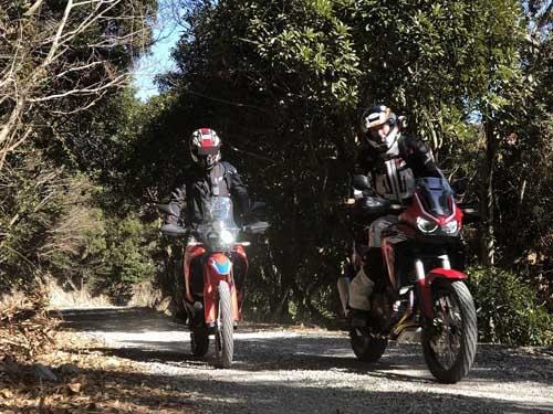 義丹氏のアフリカツインと。2台のバイクはまるで親子のようだ。