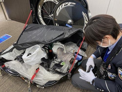 行きの羽田空港で。荷物検査がやたらと厳しくて、バイクケースの中の袋を一つひとつ開けられました。「この袋には何が入っていますか?」「パンツです」「開けますね」てな感じで。若い女性の検査官、言葉は丁寧ですが誠に容赦のない検査でありました。空の安全を守るためです。検査官はこうでなければいけません。