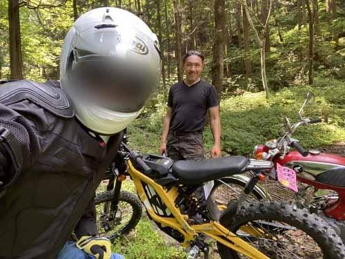 SUR-RONに乗って鈴木オート近くの林道を軽く(でもないか。鈴木さん速いんだもんww)試乗。いや、これは楽しかった。やっぱりオフ車は軽さが命ね。