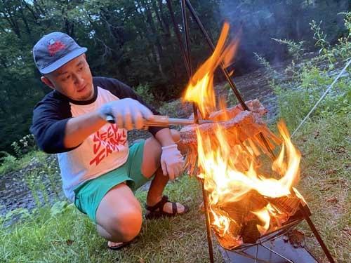 焚き火の上で豪快に炙る「ラムクラウン」。こんな料理があるんですな。初めての経験です。いや、美味しゅうございました。