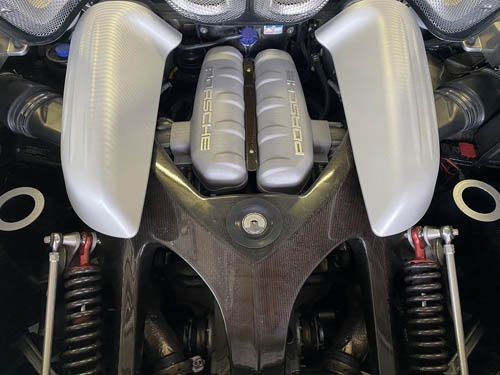 こちらはポルシェ カレラGTのエンジンルーム。クラッチミートが非常にシビアで、「すごく運転しにくい」そうです。ほとんどレーシングカーのようなものですからね。エンジンサウンドが素晴らしかった。