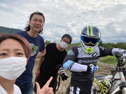 担当編集井上嬢、カメラマン篠原氏、そして高橋マンちゃんと。お足元の悪いところ、ありがとうございました。