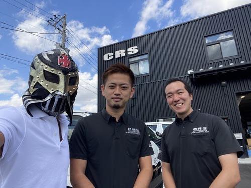 CRS横浜店の丸山店長とカスタムを担当してくださる浦野さん。お世話になります。浦野さんはバイク乗りで、ご自身の(かなり目立つ)ハイエースもトランポ使用。バイクを載せるためのさまざまなノウハウを教えていただきました。長い付き合いになりそうです。よろしくお願いします。