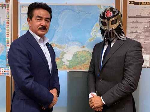 参議院議員佐藤正久氏(左)。参議院議員会館の事務所にて。