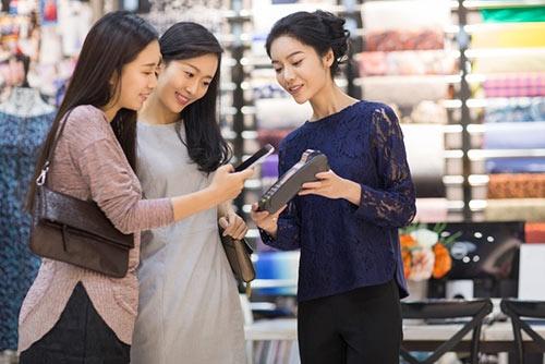 モバイル決済が当たり前になった中国。こうした新しいデジタルサービスを支えているのはIT 企業で長時間労働に従事する「デジタル農民」と呼ばれる大勢の労働者たちだ。「農民」には「貧困」というニュアンスも込められている。(写真:(c) Blue Jean Images /amanaimages)
