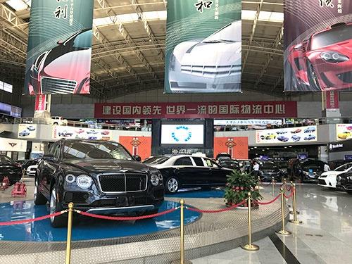 天津の並行輸入車マーケットに並ぶ高級車