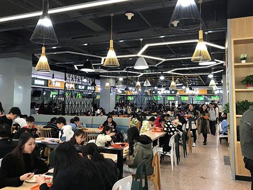 改装されたばかりの対外経済貿易大学第一食堂。