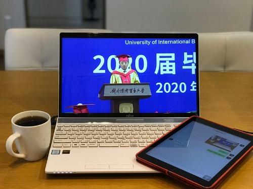 学生と会話をしながらオンライン卒業式を視聴した