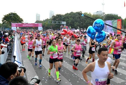 徹底したコロナ対策で経済や社会活動の回復を図る中国。11月1日、江蘇省無錫では大規模なマラソン大会が開催された。(写真=VCG/Getty Images)