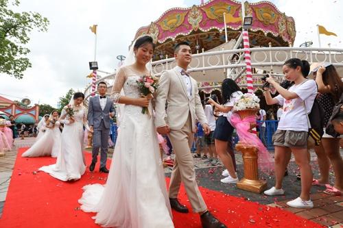 長らく続いた一人っ子政策の結果、男女比率にも差が生じ、結婚できない層も生まれている。写真は2018年の七夕節に行われた集団結婚式。(写真=アフロ)