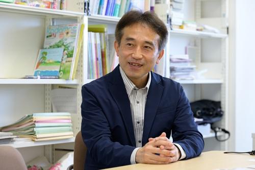 "<span class=""fontBold"">宮口幸治氏</span><br> 京都大学工学部を卒業後、建設コンサルタント会社に入社。退職後、神戸大学医学部を経て児童精神科医として精神科病院や医療少年院に勤務。2016年より立命館大学産業社会学部教授。著書の『ケーキの切れない非行少年たち』は2020年間新書ベストセラーランキングで1位。『どうしても頑張れない人たち ケーキの切れない非行少年たち2』と合わせて80万部を超えるヒットとなっている(写真:宮田昌彦、以下同)"