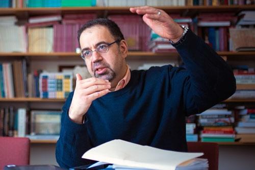"<span class=""fontBold"">ダロン・アセモグル(Daron Acemoglu)<br />米マサチューセッツ工科大学(MIT)教授</span><br />1967年生まれ。92年、英ロンドン・スクール・オブ・エコノミクスで経済学の博士号(Ph.D.)を取得。93年、米マサチューセッツ工科大学(MIT)経済学部助教授、97年准教授、2000年経済学部教授、19年からMIT教授(MIT Institute Professor)。専門は政治経済学、経済発展、成長理論など。2005年、40歳以下の若手経済学者の登竜門とされ、ノーベル経済学賞に最も近いとされるジョン・ベイツ・クラーク賞を受賞。著書に『国家はなぜ衰退するのか』(ジェイムズ・A・ロビンソン氏との共著、ハヤカワ・ノンフィクション文庫)、『マクロ経済学』(共著、東洋経済新報社)など。米国とトルコに国籍。(写真:Gretchen Ertl)"
