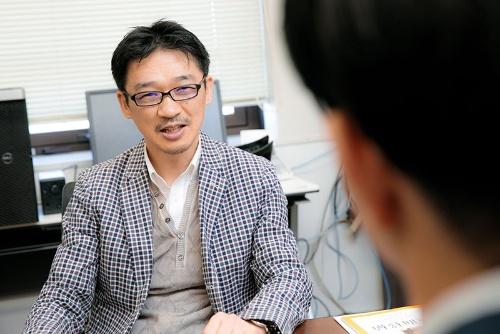 遺伝子の情報を基にした 「精密医療」の研究に取り組む東京大学大学院教授の松田浩一さん。 「オーダーメイド医療」 「個別化医療」など、さまざまな呼び方があるが、一人ひとりに合った医療を提供するという本質は同じだ。