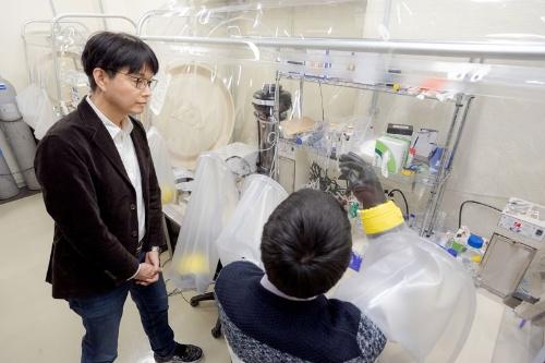 「鉄・硫黄タンパク質」研究の実験設備。この中で硫化鉱物にペプチドを吸着させる。