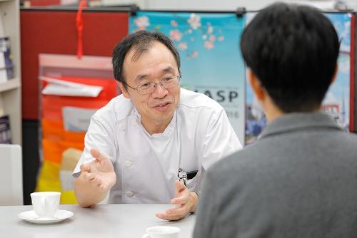 愛知医科大学で治療と研究を行う医師の牛田享宏さん。