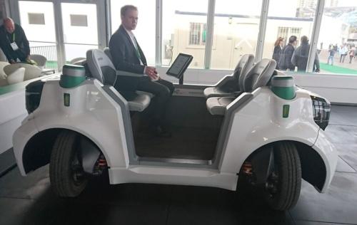 独シェフラー・グループが走行デモを実施した試作車「Schaeffler Mover」。車輪を90度曲げて、車両を真横に動かすことが可能