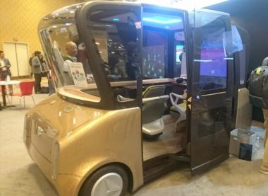 """トヨタ紡織が展示したコンセプト車「MOOX」。室内には二つのシートや大画面ディスプレイが備えられている。今回のデモでVRゴーグルを装着して仮想の女子との""""旅行""""を楽しんだ"""