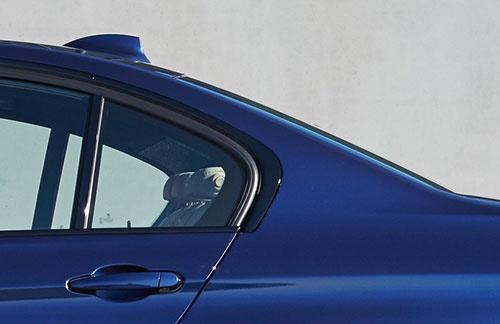 先代3シリーズの「ホフマイスター・キンク」のデザイン。リアピラー下端の輪郭がゆるやかな曲線を描いて前方に回り込んでいる(写真:BMW)