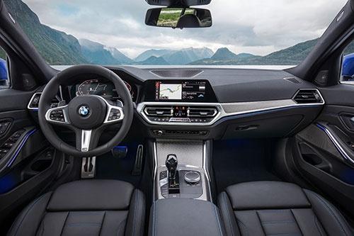 新型3シリーズのインストルメントパネル(欧州仕様)。カーナビゲーションシステムのディスプレイが、インパネ上面から突き出たデザインから、インパネと一体化したデザインに変更された(写真:BMW)
