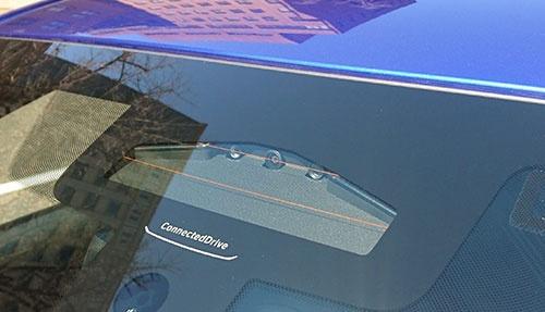 ルームミラーの裏側に搭載された3眼の「トリフォーカルカメラ」。運転支援システムの精度を向上させた