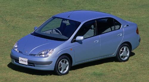 世界最初の量産ハイブリッド車となったトヨタの初代「プリウス」(写真:トヨタ自動車)