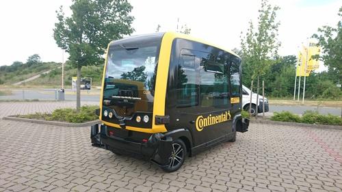 ロボタクシー「CUbE」。人間のドライバーなしに低速で走行する