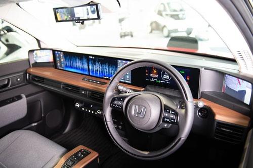 ホンダ初の量産EVとなる「Honda e」のプロトタイプ。まず欧州で販売する。(上)外観、(下)インストルメントパネル(写真:ホンダ)