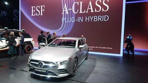 今回のショーで発表した小型ハッチバック車のプラグインハイブリッド車「A250 e」。