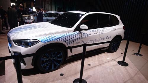 BMWが出展した燃料電池車のコンセプト車「 i Hydrogen NEXT」。SUVのX5をベースとした車両で、2022年に少量生産が始まる見込み。
