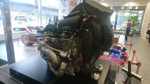 2018年シーズンのホンダのF1エンジン。Vバンクの間に見える大きな円筒形の装置がMGU-H(熱エネルギーを回収するモーター内蔵の過給機)だ