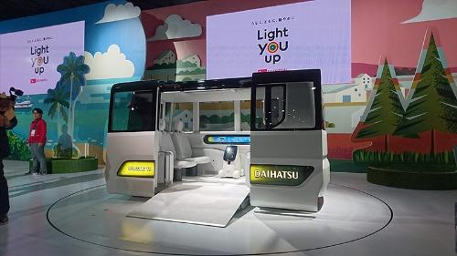 ダイハツ工業が展示した移動サービス用車両のコンセプト車「ICOICO」。ニポテと呼ぶアシスタントロボットが搭乗しているのが特徴。