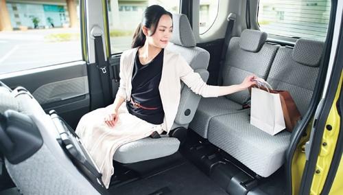 センターピラーのない大きな開口部とスライド幅を拡大した運転席を採用したことで、後席のものを取ったり、助手席側から出入りしたりすることが容易にできる(写真:ダイハツ工業)