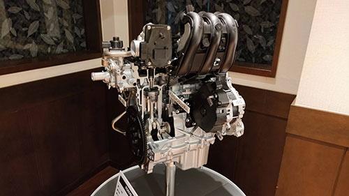 新開発の「R06D型エンジン」。燃費向上のためロングストローク化を図った。