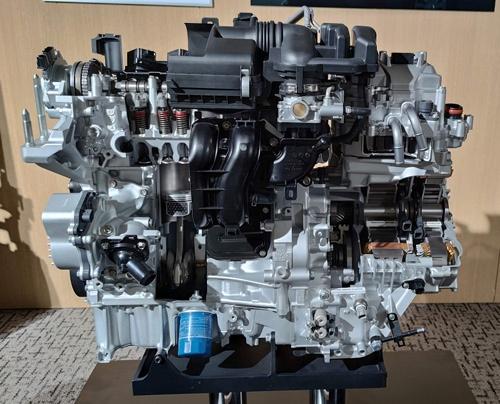 新開発のハイブリッドシステム「e:HEV」。従来「i-MMD」と呼んでいた上級車用の2モーターシステムを小型車にも搭載できるように小型・低コスト化した。