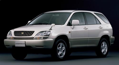 トヨタ自動車の初代「ハリアー」。それまでのSUVにはない洗練されたデザインと、静粛性や乗り心地で高い人気を得た(写真:トヨタ自動車)