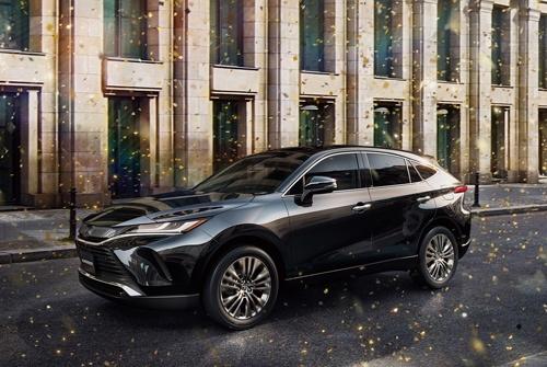2020年6月に発売された新型「ハリアー」。国内専用モデルだった先代に対して、グローバルモデルに生まれ変わった(写真:トヨタ自動車)